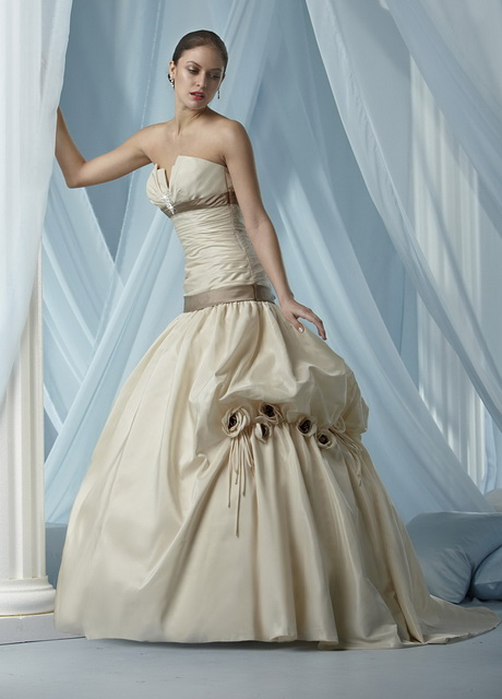 Non traditional wedding dresses for Pictures of traditional wedding dresses